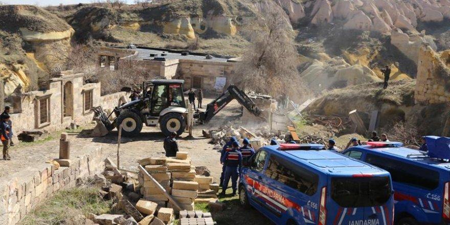 Peribacaları yakınındaki yapıların yıkımı sürüyor