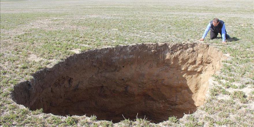 Konya'da tarlalar bir anda çöküyor: 4 metre çapında 20 metre derinliğinde