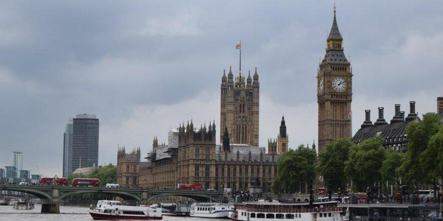 İngiltere'de iktidar partisinden 3 istifa
