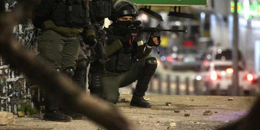 İşgalci İsrail 2 Filistinliyi alıkoydu