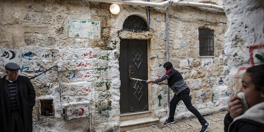 İşgalci Yahudiler Filistinli ailenin evine zorla el koydu