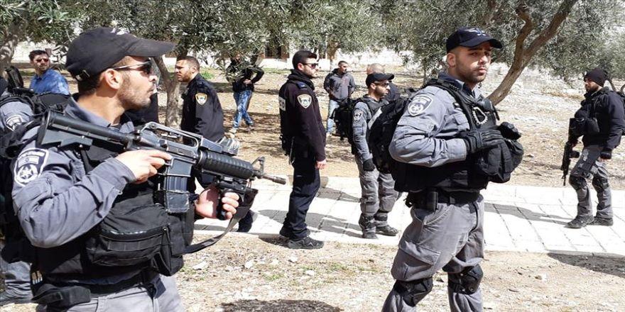İsrail polisi, Filistinli yaşlı adamı yerlerde sürükledi