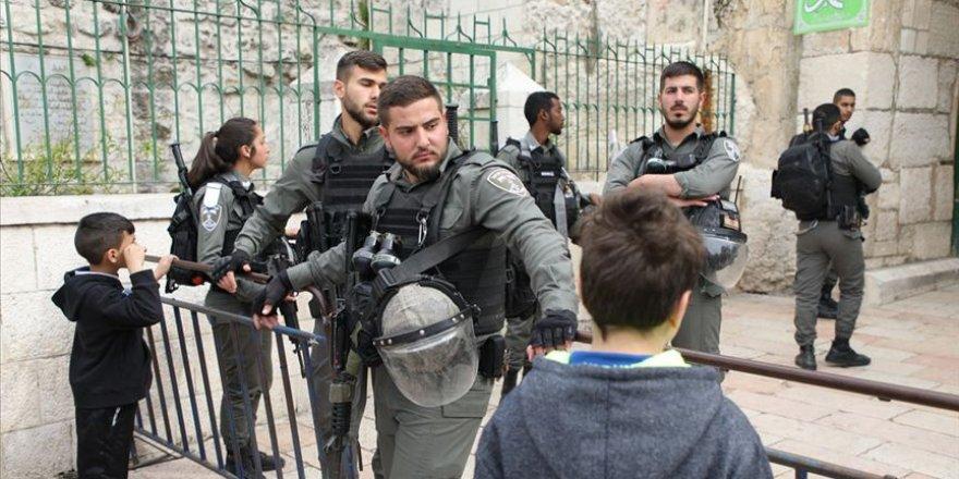 İşgalci İsrail polisi namaz kılanlara saldırdı