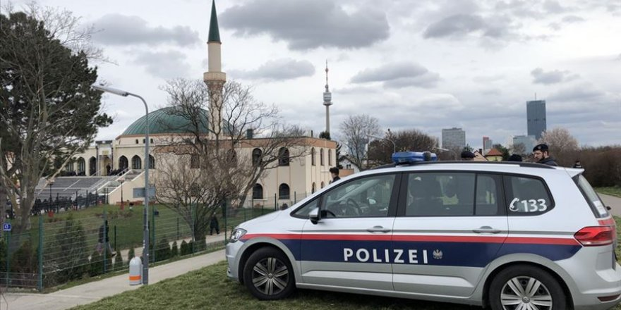 Dün, Cuma namazında Avrupa'daki camilerin kapısında polis vardı!