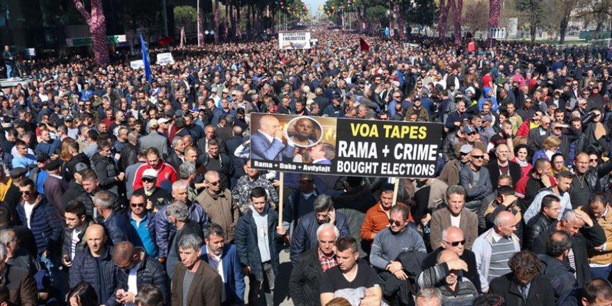 Tiran'da hükümet karşıtı protesto