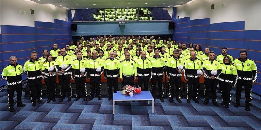 Trafik polisleri yeni kıyafetlerini giymeye başladı