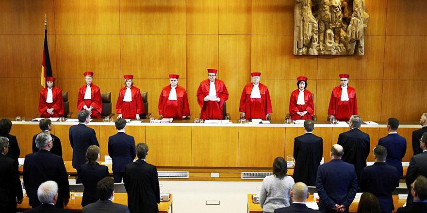 Alman Anayasa Mahkemesi: Başörtü olmaz haç başka mesele!