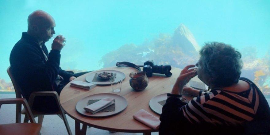 Bu restoranda yemek suyun altında yeniyor