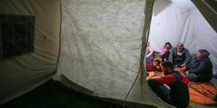 Denizli'de bazı vatandaşlar geceyi çadırlarda geçirdi