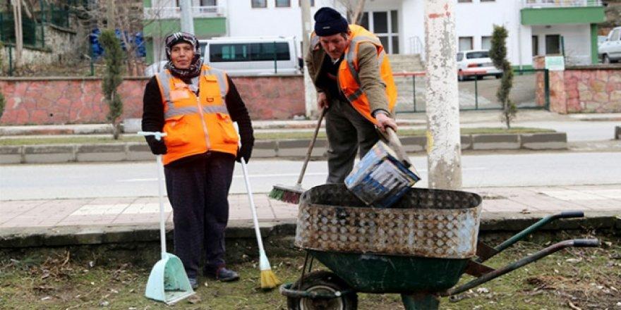 Karakoç çifti sokakları birlikte temizliyor