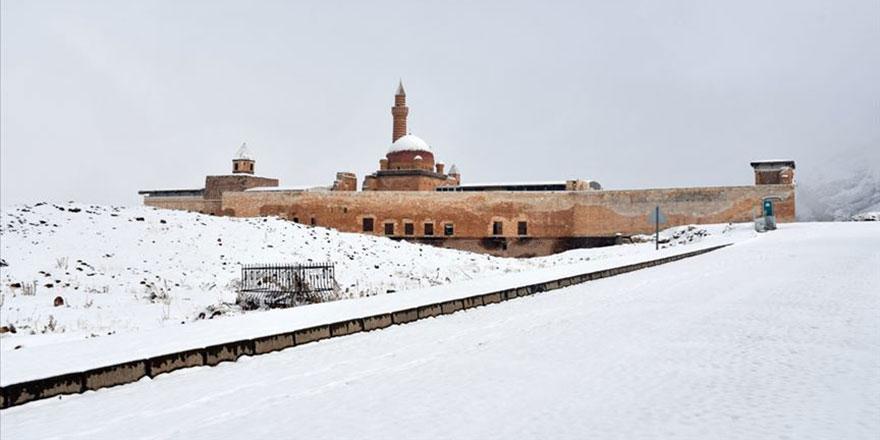 İshak Paşa Sarayı tatilcilerin gözdesi