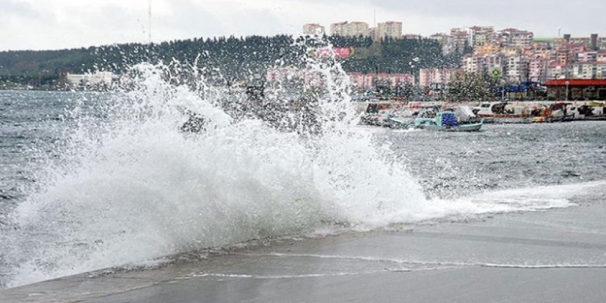 Ege'de şiddetli fırtına: Tekneler battı, çatılar uçtu