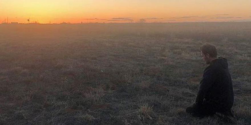 Ünlü oyuncu Tolga Karel, 'yeryüzü mescit' deyip Arizona'da namaz kıldı