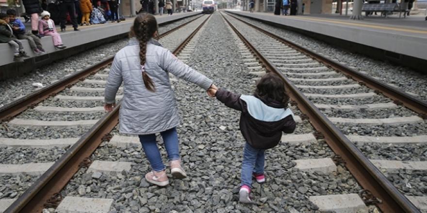 On binlerce göçmen Yunanistan'da sıkışıp kaldı