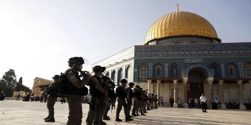 İşgalci İsrail polisi ve fanatik Yahudiler Mescid-i Aksa'da cemaate müdahale etti
