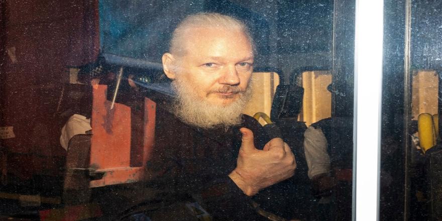 Assange ABD'ye iade davasında hakim karşısına çıktı