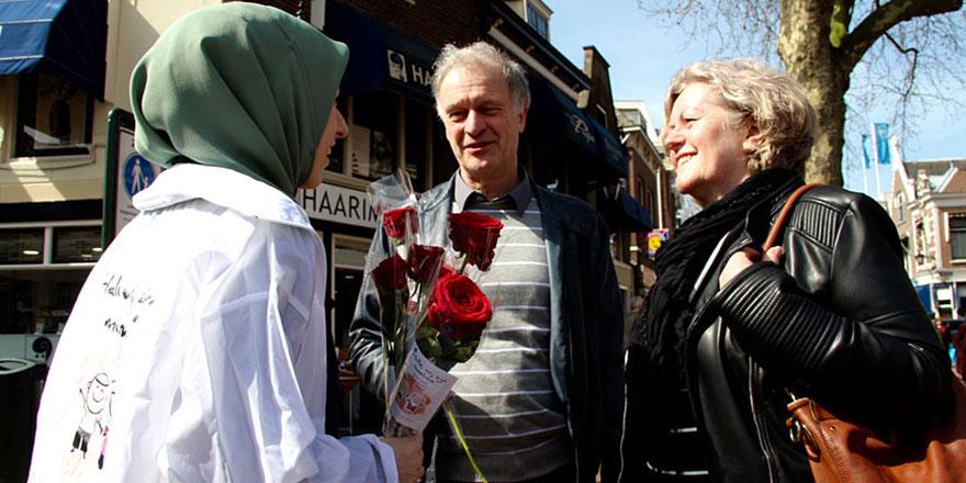 Belçika'da gençler sokakta: Buyurun ben Müslümanım