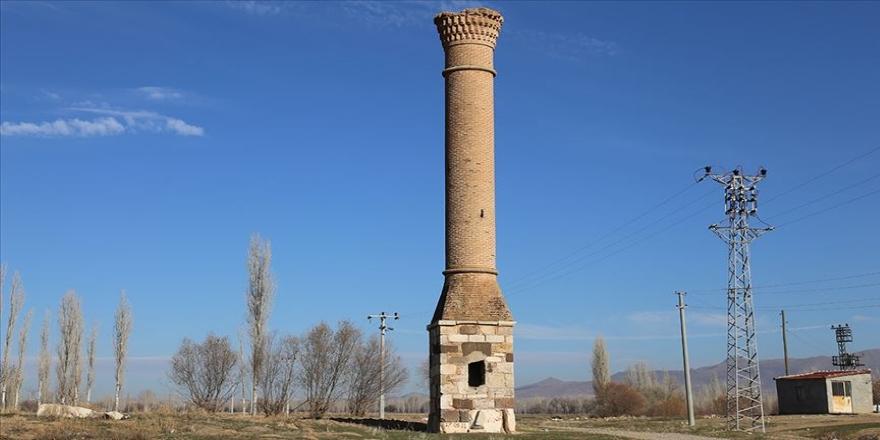 Tarlaların ortasında bir tarihi 'Kırık Minare'