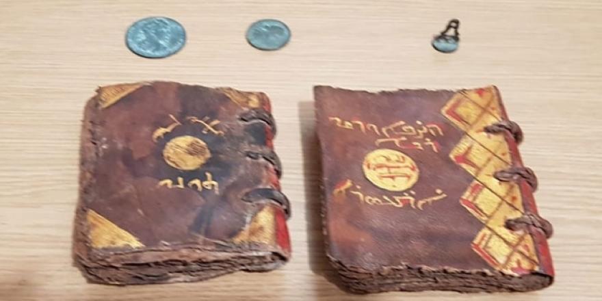Adana'da tarihi İncil satmaya çalışırken yakalandılar