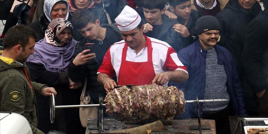 Vatandaşlara yarım ton cağ kebabı dağıttılar