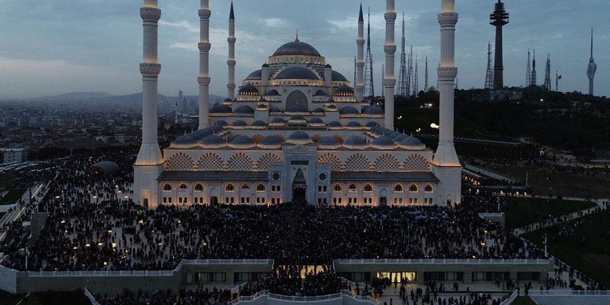 Çamlıca Camisi'ni ziyaret edenlere yemek ikramı