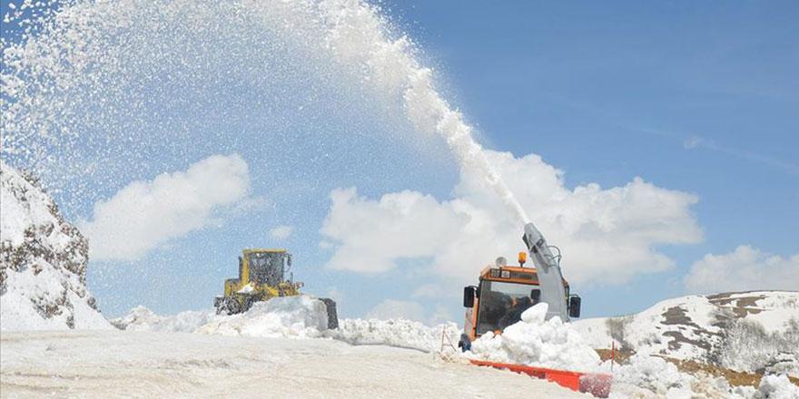 Tarih 25 Mayıs, köy yolları kardan kapandı