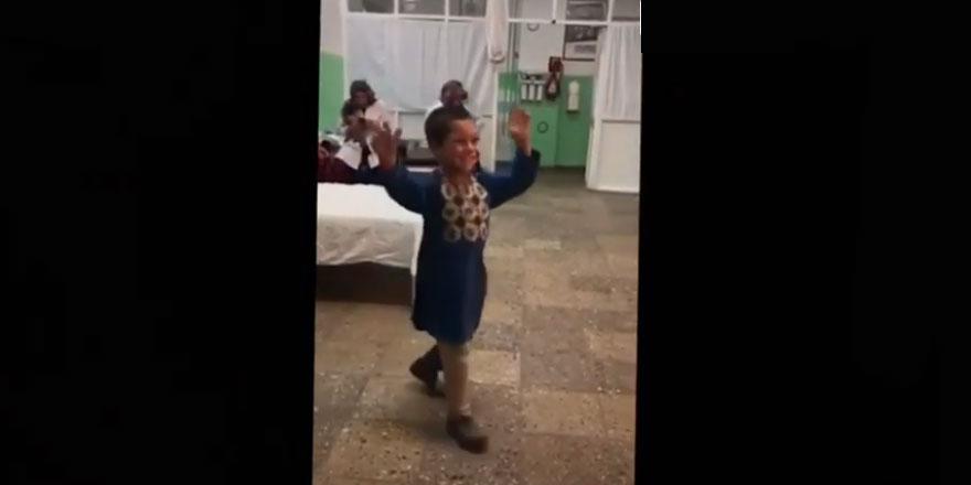 Olana şükretmek lazım: Afgan çocuğun protez bacak sevinci