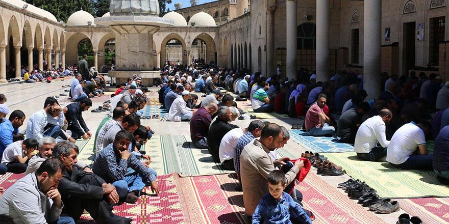 Cuma namazı sonrası Said Nursi'nin mezarında Fatiha
