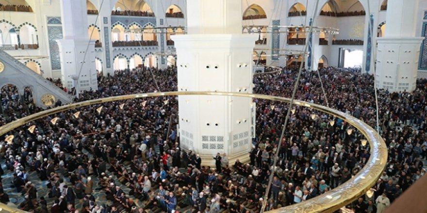 Büyük Çamlıca Camii'nde ramazanın ilk cuması kılındı