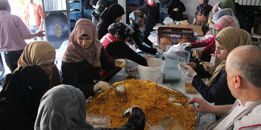 Suriyelilerin geleneksel yemeği iftar sofralarında