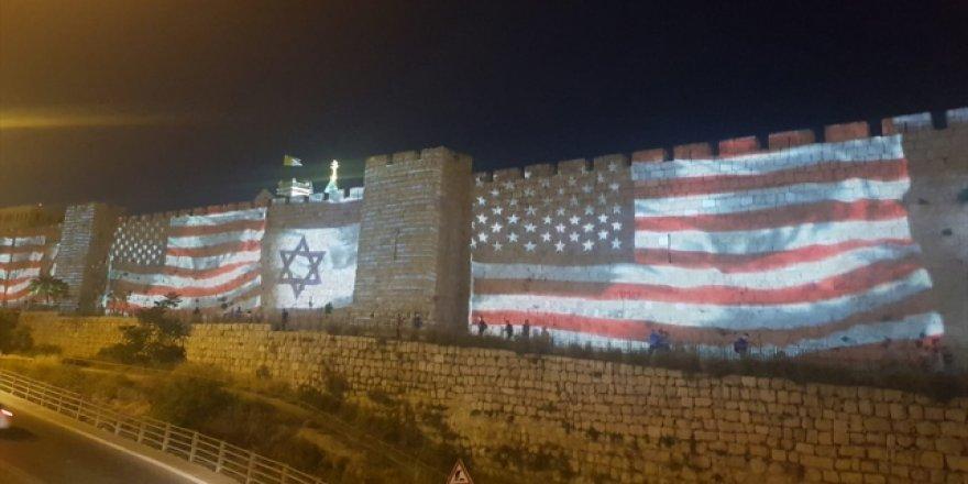 Kudüs duvarlarına ABD ve İsrail bayrağı yansıtıldı