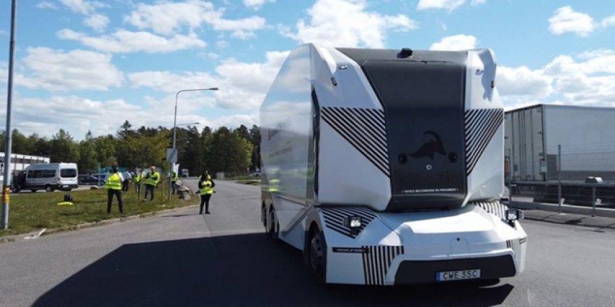 Elektrikli sürücüsüz kamyon yollarda