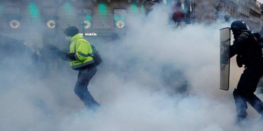 Fransa'da öğrencilere diz çöktüren polis suçsuz bulundu