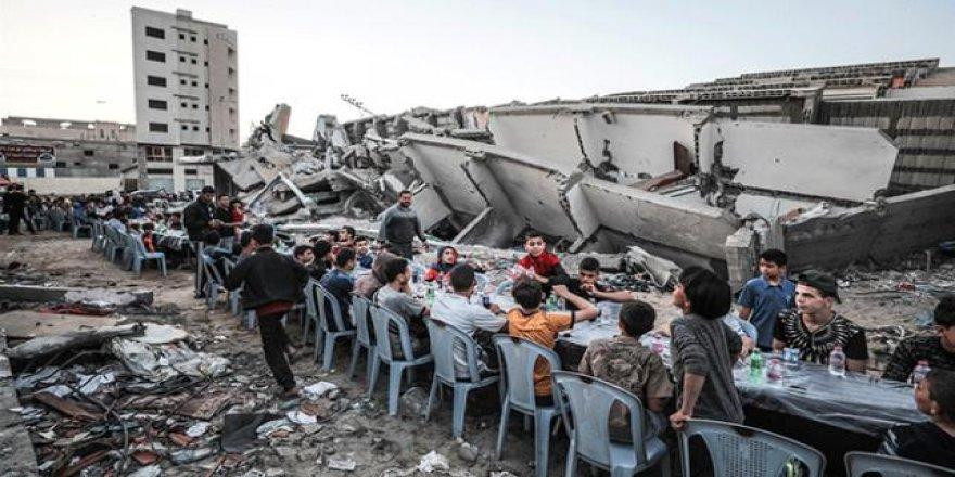 Filistinliler Gazze'de yıkılan evlerin molozları arasında iftar yaptı