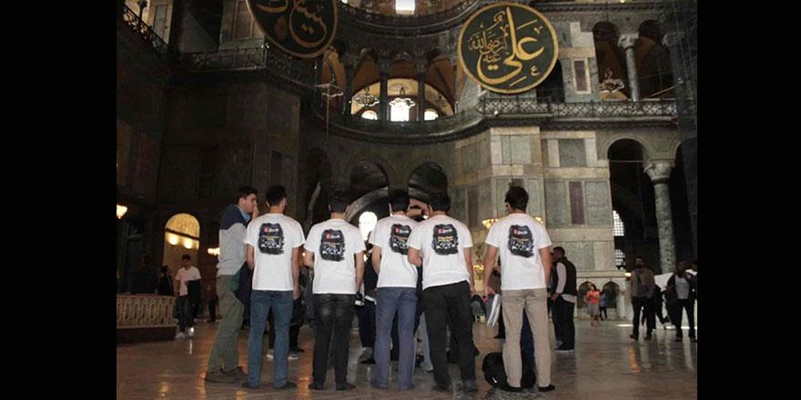 'Ayasofya Camiine ayakkabıyla girilmez' diyen gençler polis gözetimine alındı