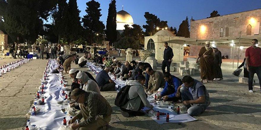 Sadakataşı Derneği Aksa'da iftar verdi