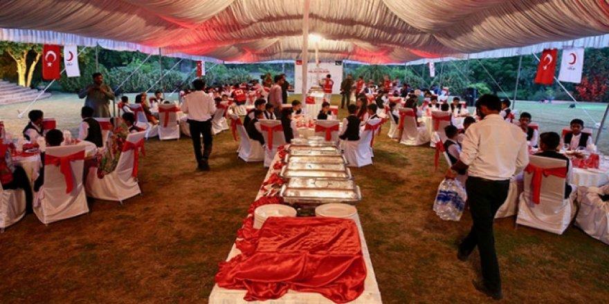 Türk Kızılayı'ndan Pakistanlı yetimlere iftar ve bayramlık