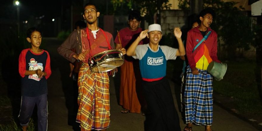Endonezya'da sahura kaldırma geleneği çocuklara emanet