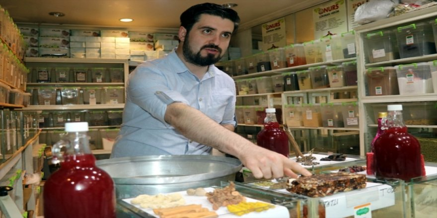 6 asırlık tarifle Osmanlı şerbeti yapıyor
