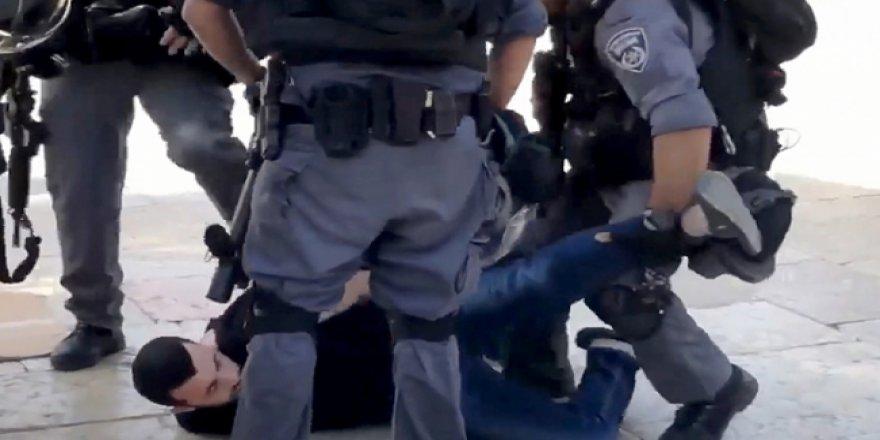 İşgalci İsrail polisi Mescid-i Aksa'da cemaate saldırdı: 10 yaralı