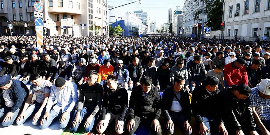 Moskova'da sokaklar namaz için kapatıldı, tv'den canlı yayınladı