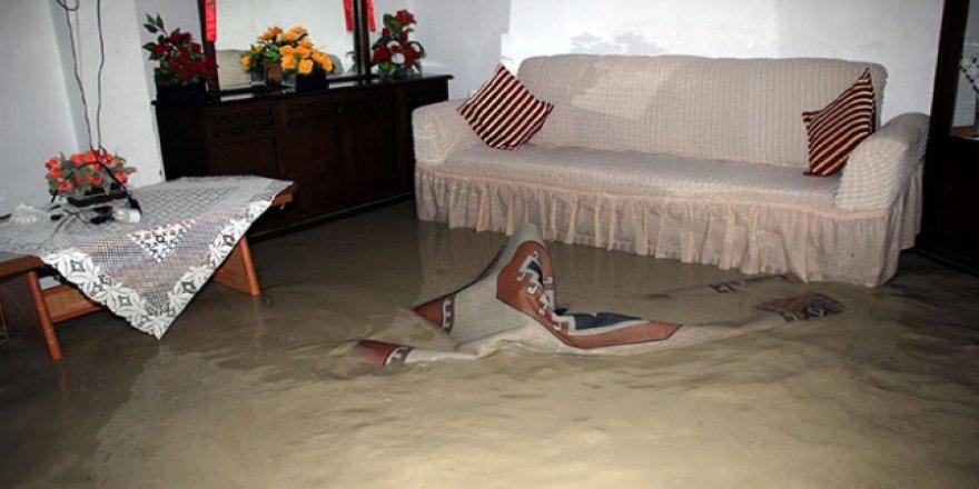 Sağanak Beypazarı'ndaki evleri su ile doldurdu