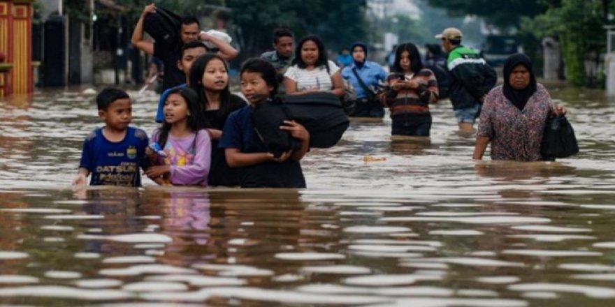 Endonezya'da sel 20 bin kişiyi mağdur bıraktı