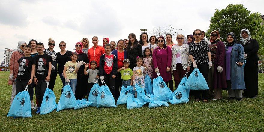 Anneler çocuklarıyla parklardaki atıkları topluyor