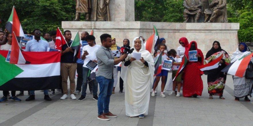 Türkiye'deki Sudanlılar Sudan'daki olayları protesto etti