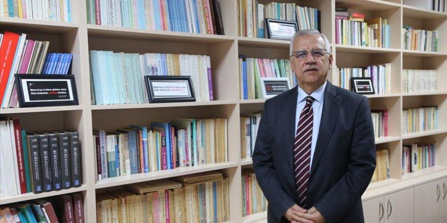 Emekli akademisyen 40 yıllık birikimini liseye bağışladı