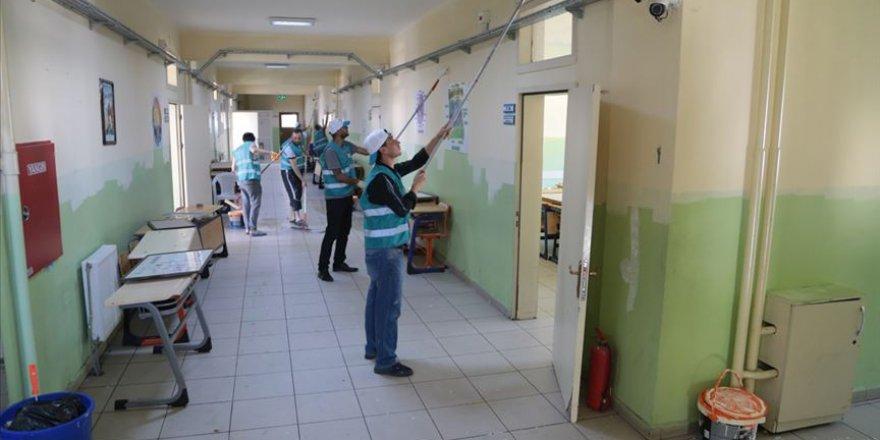Maraş'ta okulları hükümlüler onarıyor