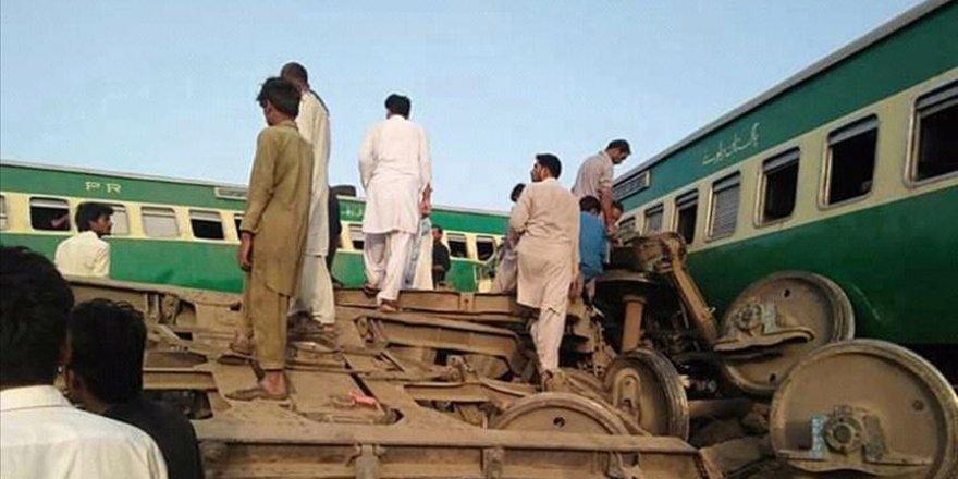 Pakistan'da trenler çarpıştı
