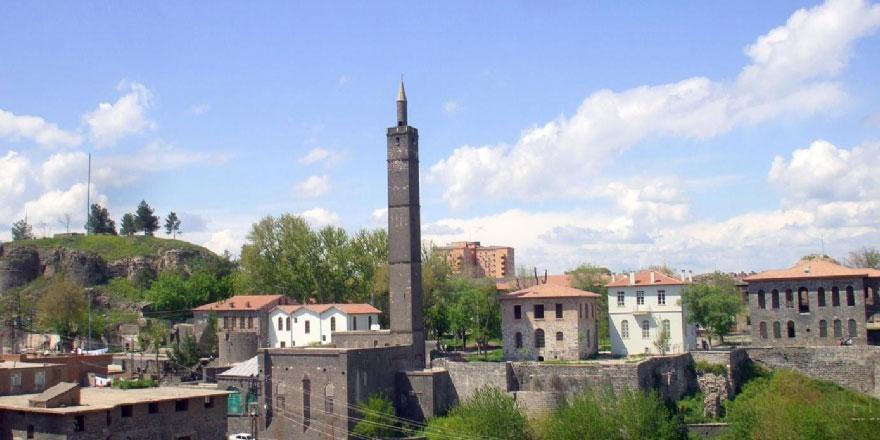 Diyarbakır'da Hz. Süleyman Camii'ndeki sancak, terörden dolayı Gaziantep'e gönderilmiş