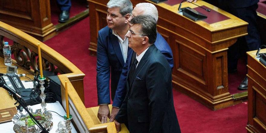 Yunanistan'da milletvekilleri Kur'an'a el basarak yemin etti Metropolit kızdı